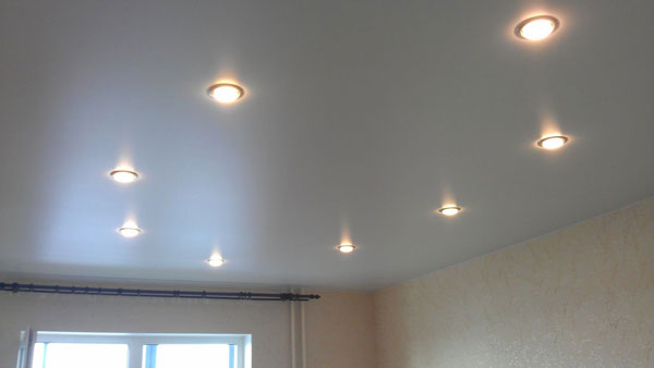 Схема размещения точечные светильники на натяжном потолке фото