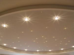 Расположение светильников на натяжном потолке: схемы и требования