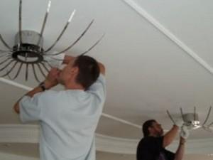 Как установить люстру на натяжной потолок своими руками?