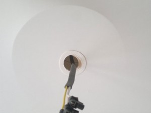 Как снять люстру с натяжного потолка без следов?