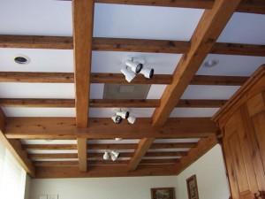 Дизайн потолков с балками в деревянном доме