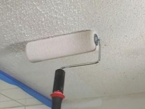 Как правильно красить потолок водоэмульсионной краской?