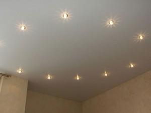 Как выбрать светильники для натяжного потолка правильно?
