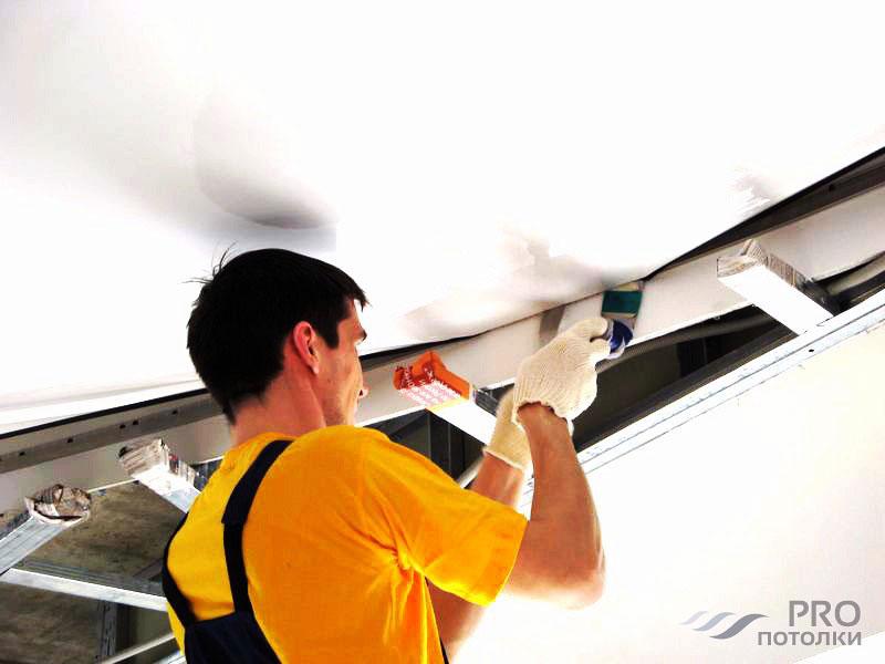 Когда натягивают потолок до поклейки обоев или после