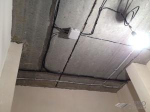 Проводка под натяжным потолком: как развести?