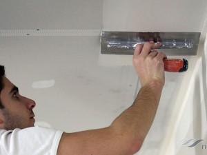 Как штукатурить потолок своими руками правильно?