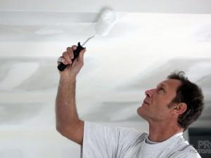 Как красить потолок водоэмульсионной краской валиком?