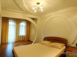 Какой потолок лучше сделать в спальне: советы дизайнеров