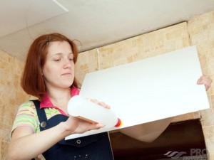 Как клеить потолочную плитку: разные способы