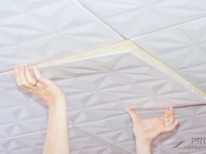 Как наклеить плитку на потолок: 4 важных этапа