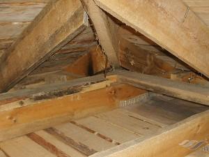 Как правильно утеплить потолок под холодной крышей: 5 лучших материалов