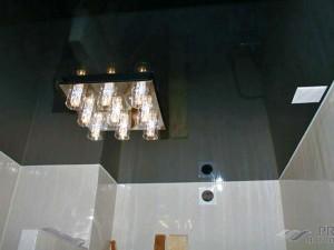 Черный глянцевый потолок в интерьере